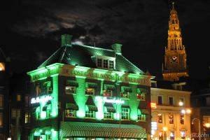 The Grasshopper bar and Old Church (Oudekerk) at night